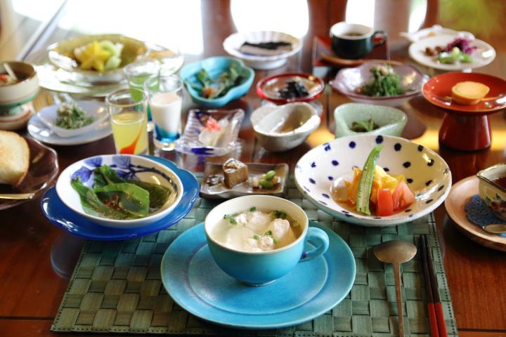 沖縄第一ホテルの薬膳朝食。50品目とボリューム満点なのに585kcalとヘルシー