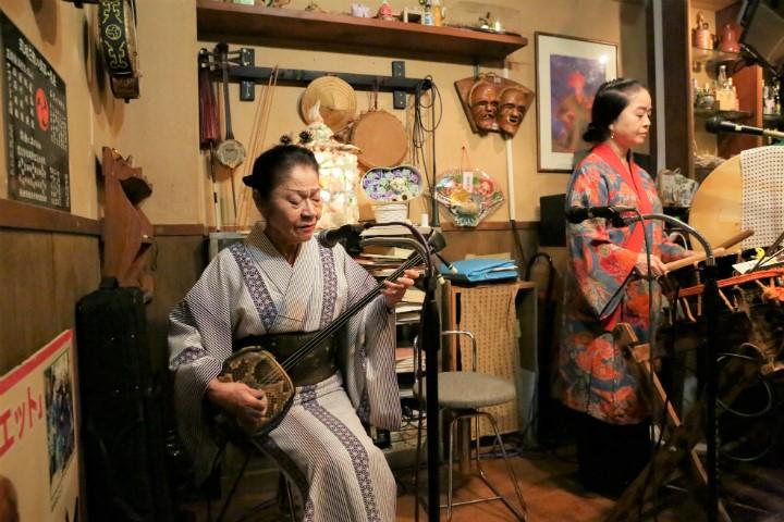 오키나와 민요계의 보물· 오시로 미사코씨의 노래에 도취되는 민요 클럽「시마우무이」(나하)