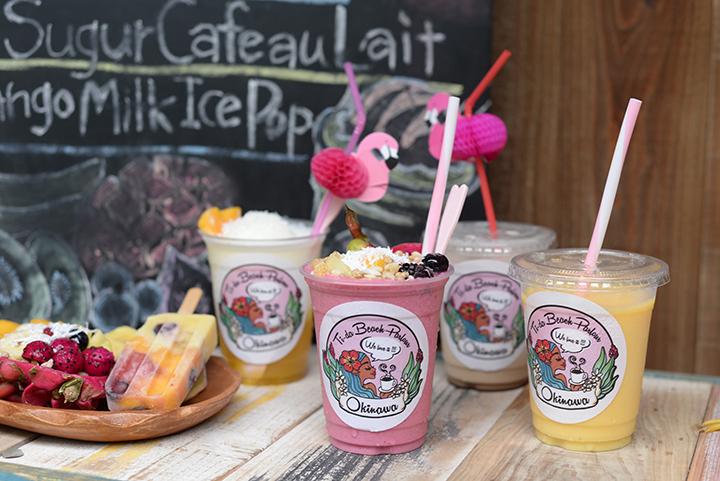 컬러풀한 음료를 마시면서 남국, 비치를 모티브로 한 잡화 고르기나 액세서리 만들기 체험을 할 수 있는「Ti-da Beach Parlour」(나하)