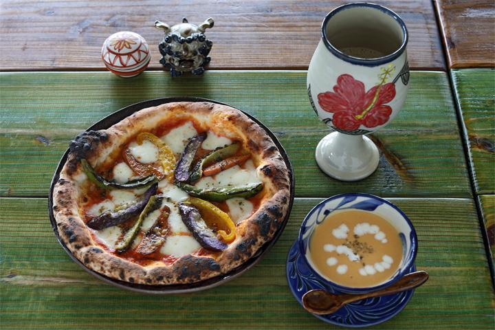 토산품 구입& 본격적인 돌 가마 피자를 맛볼 수 있는「야치문& 카페 군죠」(요미탄손)