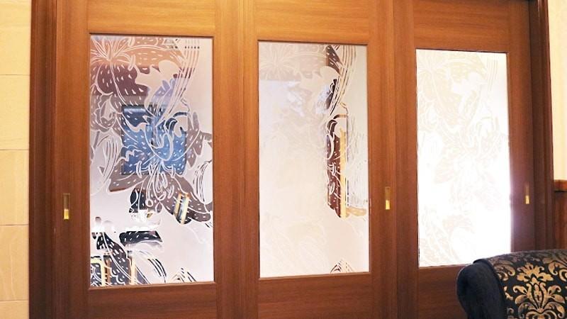 リビングのドア窓にユリ模様のエッチングを施した事例(福井県福井市 T様)のお写真