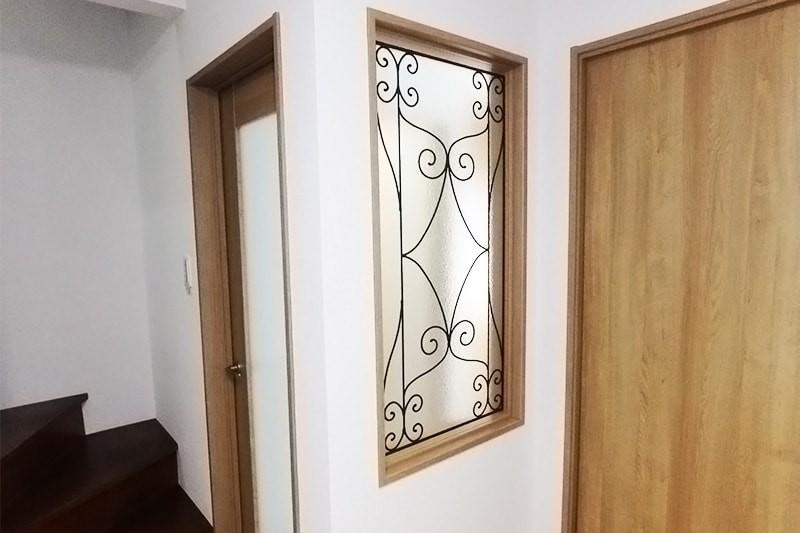 室内間仕切りに使用したステンドグラスの「ラインアート OG515」-1