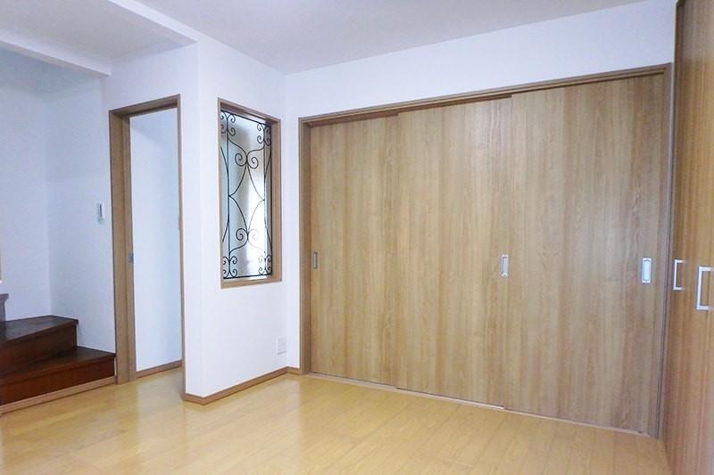 室内間仕切りに使用したステンドグラスの「ラインアート OG515」-2