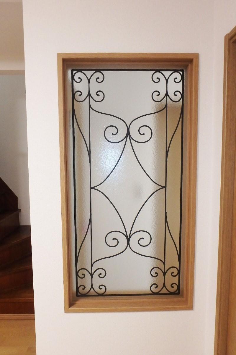 室内間仕切りに使用したステンドグラスの「ラインアート OG515」-3