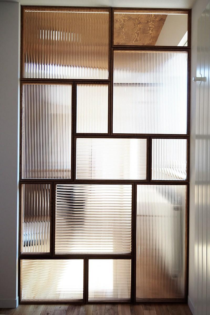 店舗の間仕切りにデザインガラスの「モールガラス」を使用した事例-1
