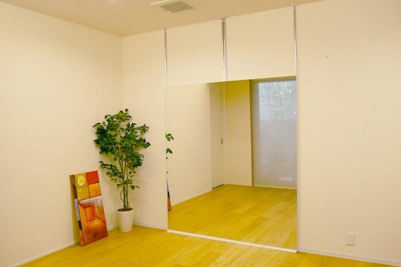 塗り壁の場合の鏡の取り付け方法-壁ミラーつっぱりタイプ