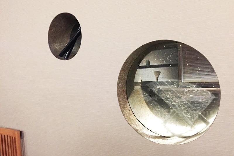 店舗の装飾窓に使用した「和紙調合わせガラス うんりゅう黒」-2