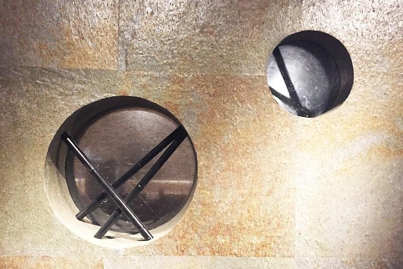 店舗の装飾窓に使用した「和紙調合わせガラス うんりゅう黒」-1
