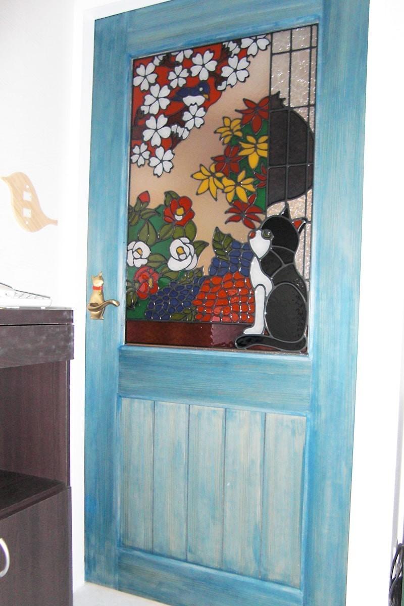 猫のステンドグラスを設置した室内窓-1