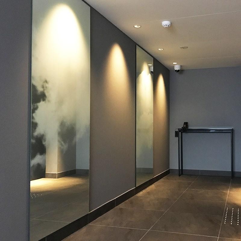 ホテルの壁面装飾に雲を印刷した鏡を設置した事例-2
