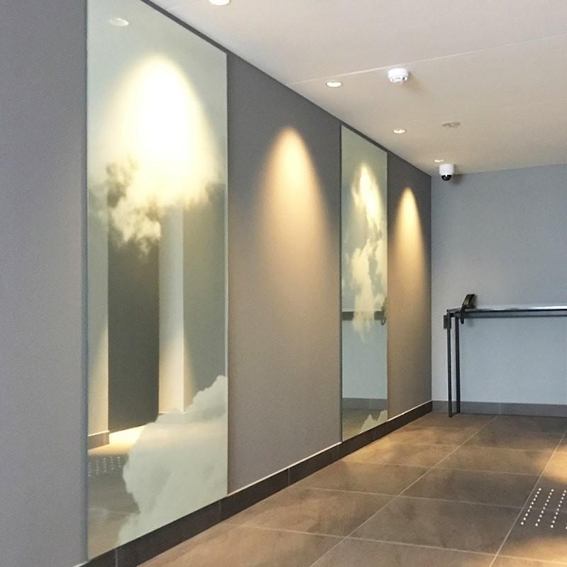 ホテルの壁面装飾に雲を印刷した鏡を設置した事例-3