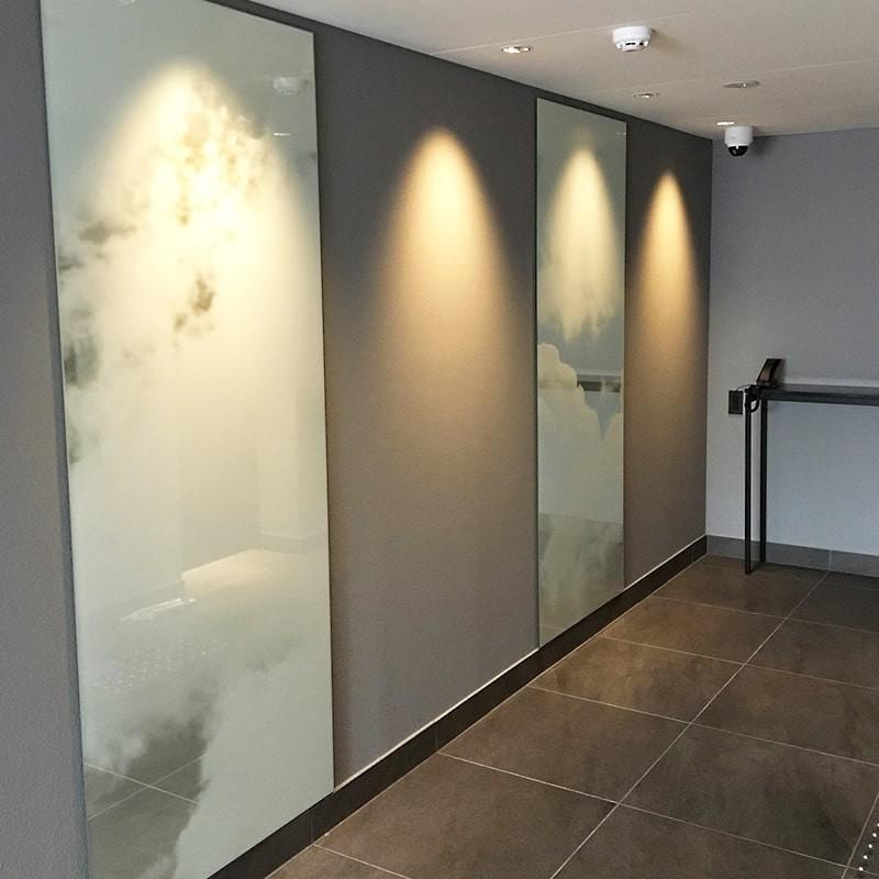 ホテルの壁面装飾に雲を印刷した鏡を設置した事例-4
