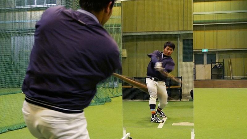野球のフォームチェック用の鏡に「キャスター付き大型ミラーⅡ」を使用した事例(F大学 野球部様)