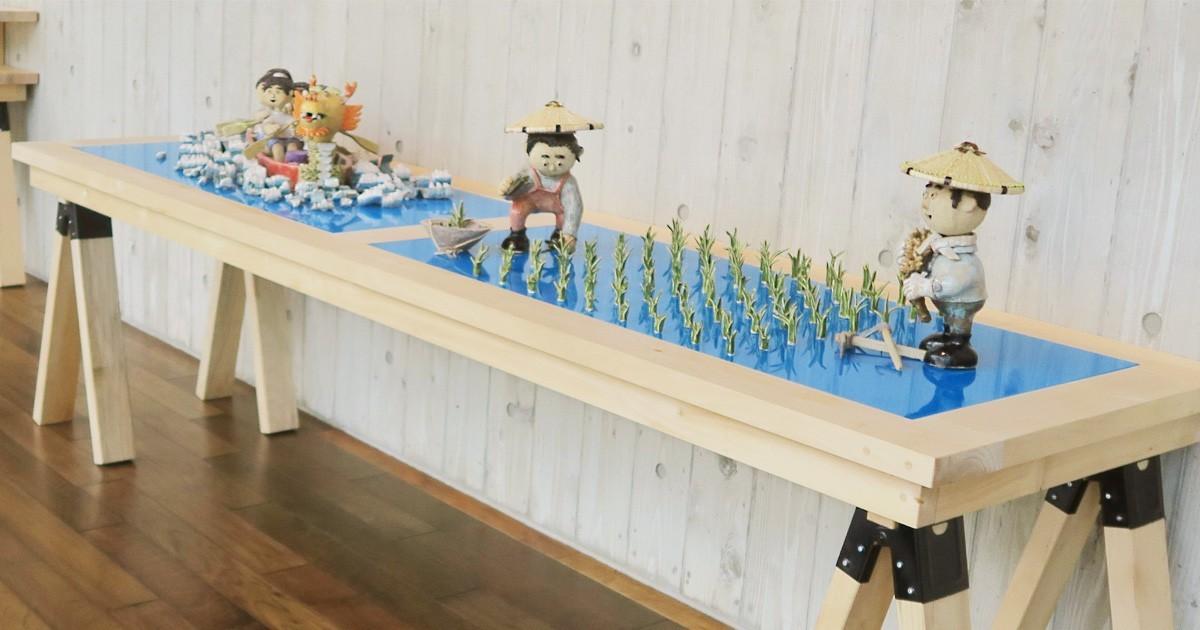お客様事例 : カラーガラスで水を表現!作品の展示台に「カラーガラス彩 紺碧」を使用した事例(新潟県十日町市 A社様)