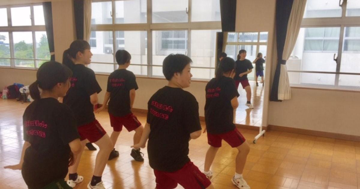 ダンス部の練習用に「キャスター付き大型ミラー」を使用された事例(N様)のお写真