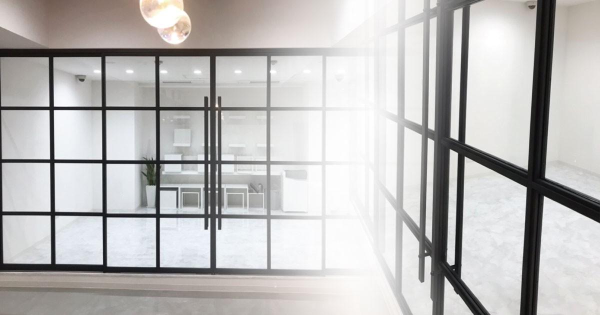 スタイリッシュでモダンな空間に!引き戸のガラスに「フロートガラス」を使用した事例(東京都C様)のお写真
