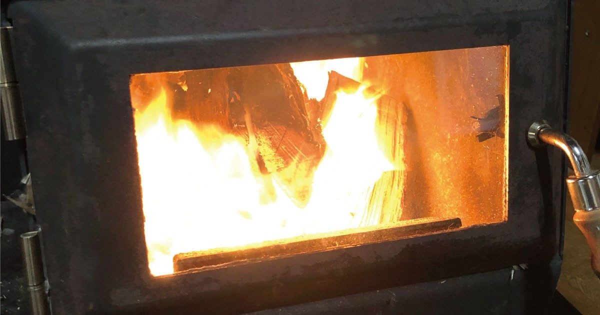 お客様事例 : 炎の揺らぎでリラックス!薪ストーブの覗き窓に「耐熱ガラス」を使用した事例2選