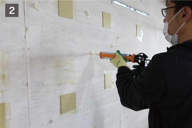 鏡を固定する「ミラーボンド」を壁に塗る-2