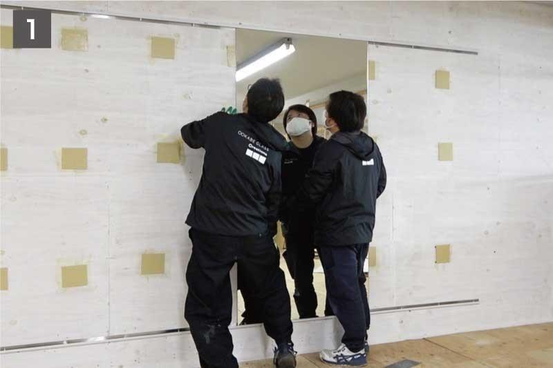 鏡を固定する「ミラーボンド」を壁に塗る-1