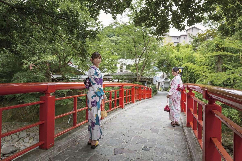 和睦的情绪悠闲自在地在溢出来的修善寺温泉街散步