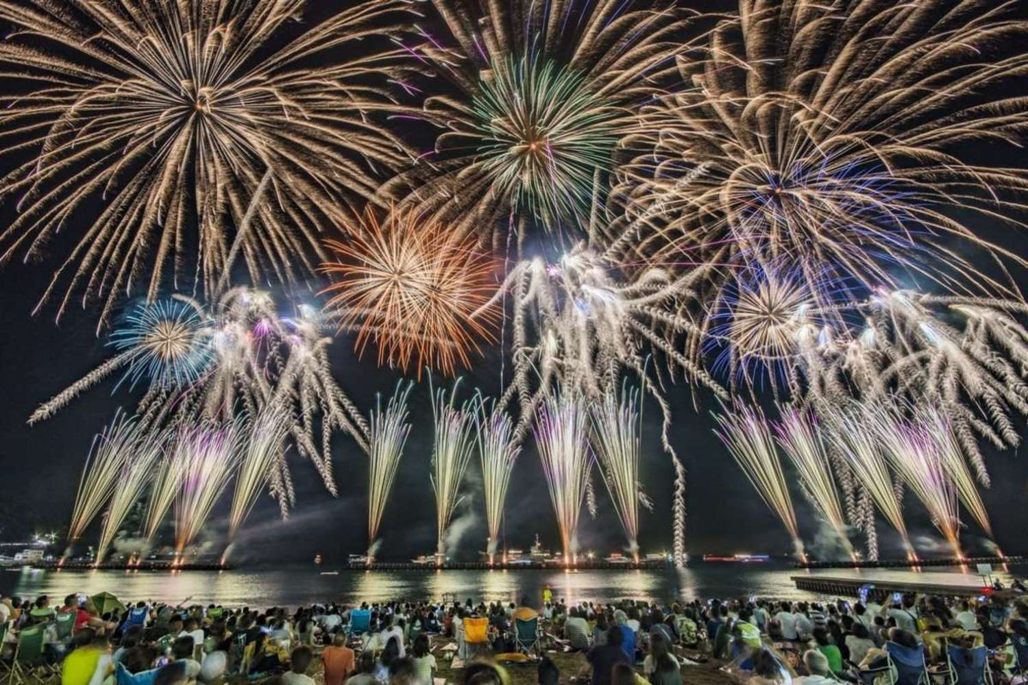It is fireworks festival for sea bathing! We enjoy scenic summer Toi Onsen