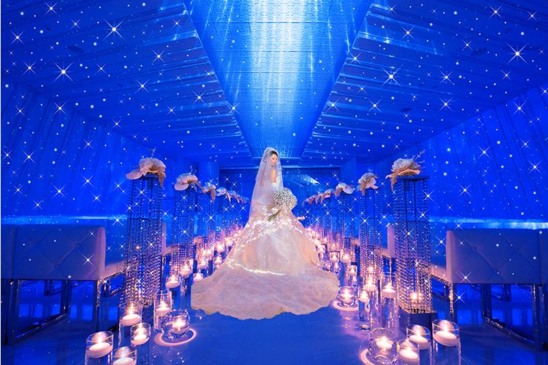 クリスタルが輝きを放つ「星空チャペル」
