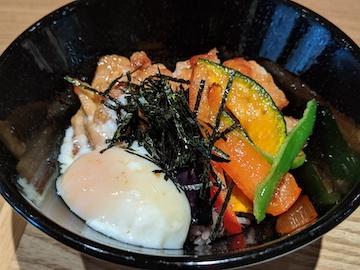 彩り野菜とチキンの照り焼き丼3