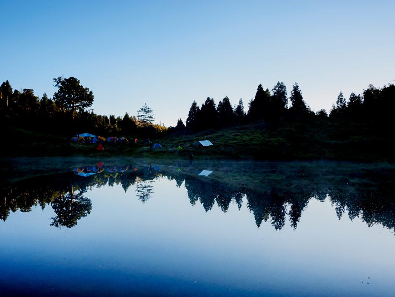 六點多,加羅湖的水清澈到出現漸層