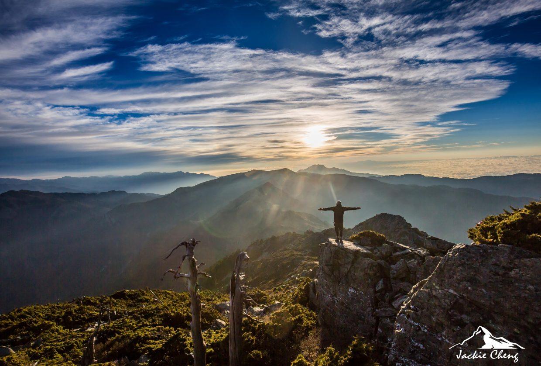 站在山頂 享受在晨光的沐浴之中