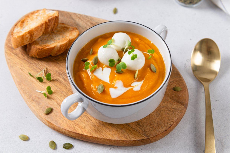 莫札瑞拉起司與南瓜奶油濃湯。