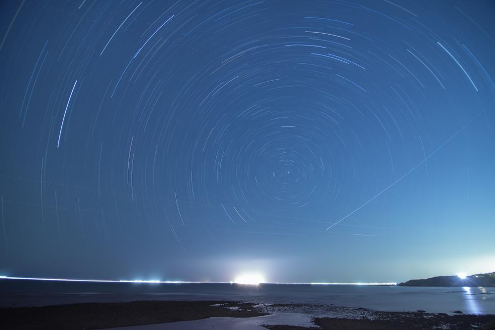 台灣北海岸的星軌,圖中可見飛機燈夾雜其中