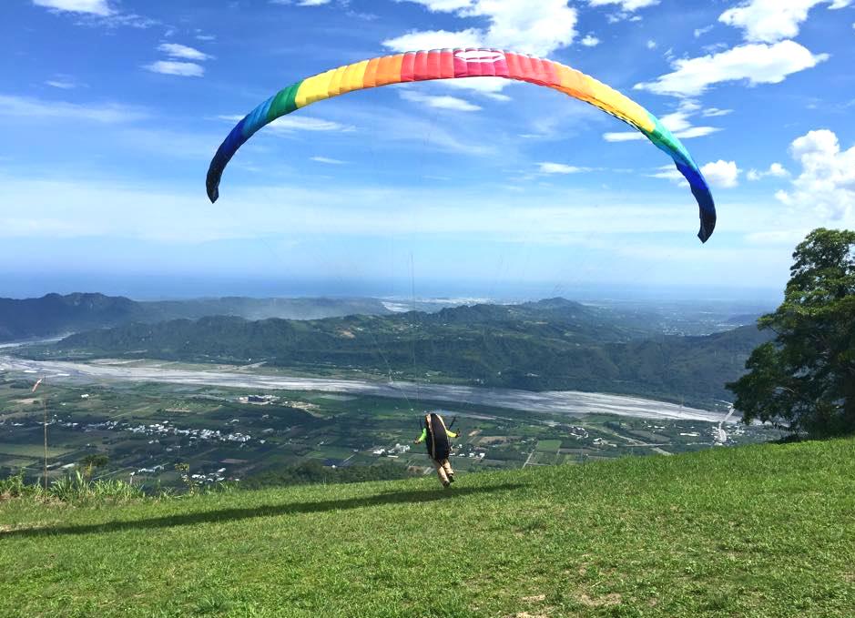 在台東,乘坐飛行傘俯瞰鹿野高台。