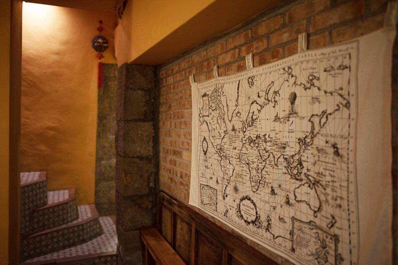 沿著地勢而砌的老房,有暖洋洋的紅磚牆。