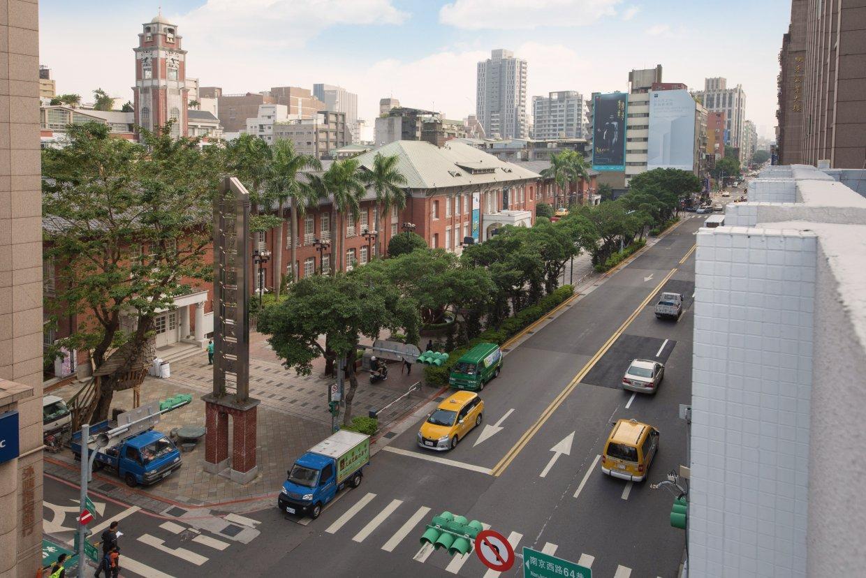 旅店對面就是百年古蹟「台北當代藝術館」。