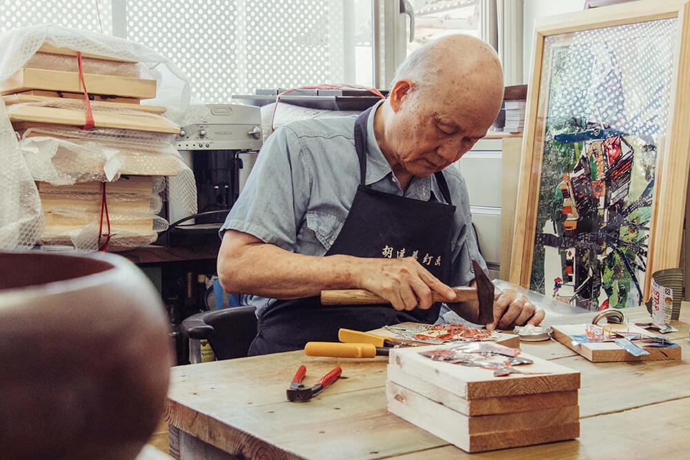 OwlStay團隊整理藝術家胡達華工作室及釘畫作品,將胡老師長年創作的九份風光與故事同旅人分享