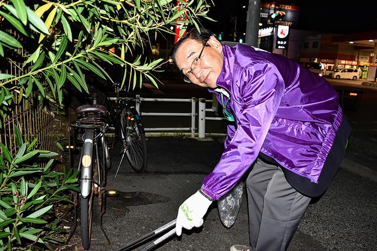 自らもゴミ拾いに参加する宇都さん(千葉県馬主会事務局長)