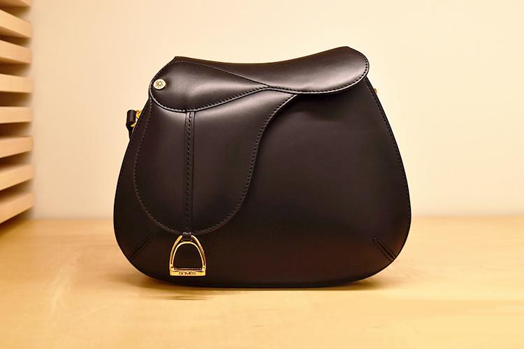 実は編集部のYも愛用している鞍型のバッグ。とても長い歴史があることを知って感動