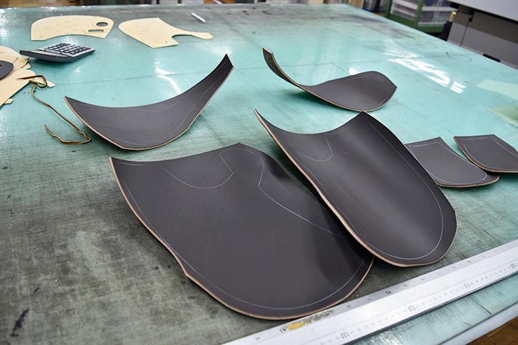 こちらはジュニア用の鞍の裁断。粗く切り抜いて、抜型を使い機械で細部を切り抜く