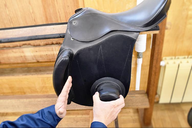 国内特許を取得している落馬防止用の鞍。ジュニアやシニアの乗馬普及に一役買っている