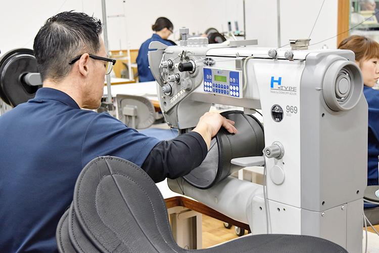 ドイツ製ミシン。海外ではアイスホッケーの防具など厚く硬いものを縫うのに使われる