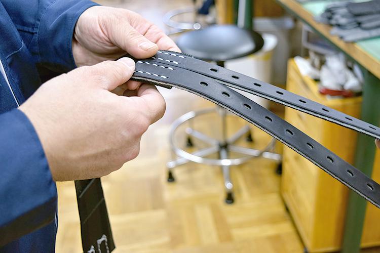 腹帯は騎手の命を守る大事なパーツ。とても丈夫な革が採用されている