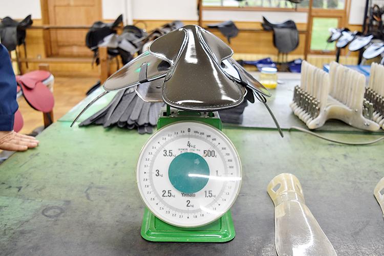 いちばん小さいレース鞍は500g以下、大きい鞍は2kgと大きな差が