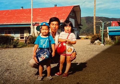 信一さんと子どもたち。左は3代目の正信さん(1979年生まれ)