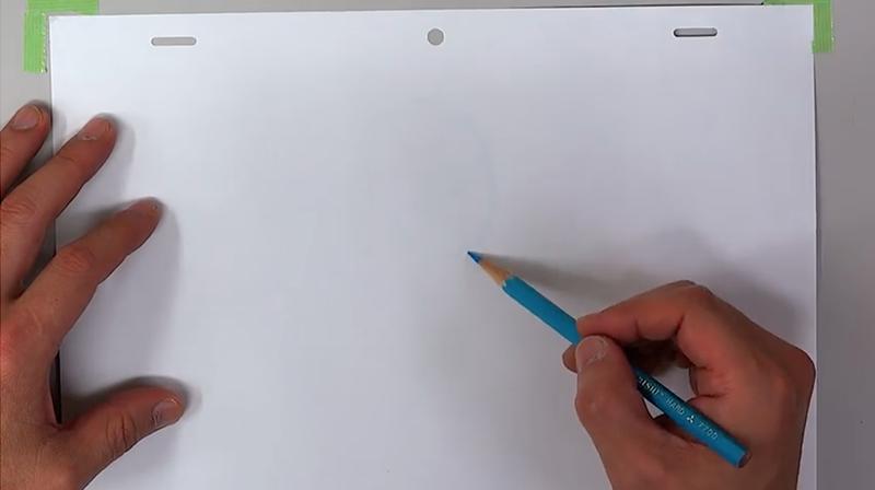 水色の色鉛筆でラフを描く