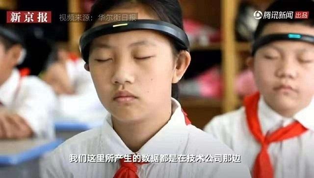 浙江省の小学校でヘッドリングをつける小学生