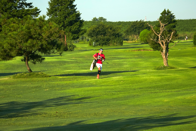 「クラブは何本まで?」「OBは?」スピードゴルフとゴルフの違いを徹底解明
