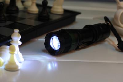 【CREE Q5 軍警規防爆款手電筒 3段強光(250流明)6角旋轉變焦款】 (3.8折)