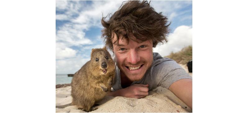 野生動物を笑顔にする男性♪ 動物との自撮り写真が、誰にもマネできないレベルだった♡(10枚)