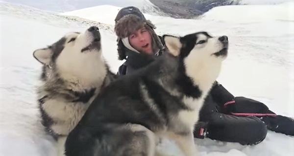 雪山でカッコよく遠吠えしようとする、飼い主さん♪ でも肝心のワンコ達が、のほほんとし過ぎていた♡