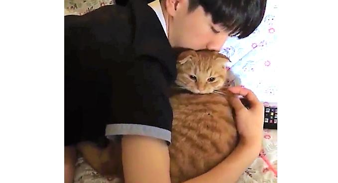 大好きなお兄ちゃんに、抱きしめられるニャンコ。幸せいっぱいな表情に… 胸がキュンとする(*´ェ`*)